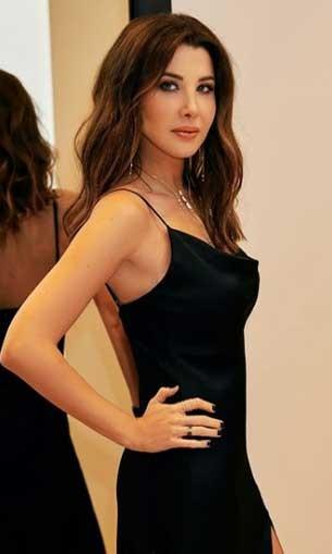 لبنان اليوم - نانسي عجرم تتألق بفستان زهري من إيلي صعب
